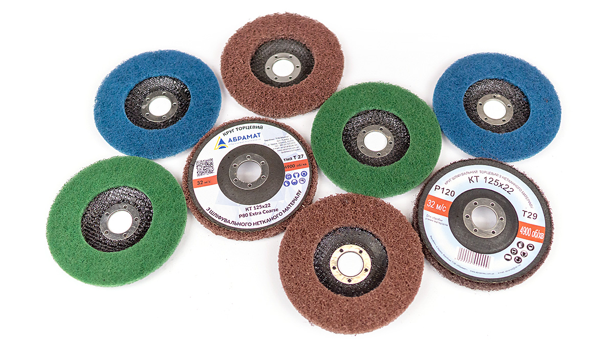 Nonwoven abrasive strip disc